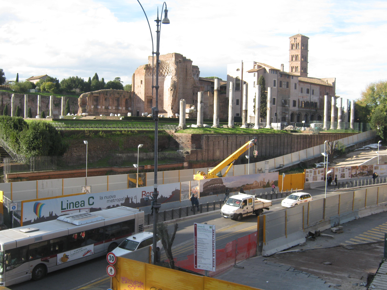 Particolare del cantiere Metro C su Via Fori Imperiali (foto Manlio Lilli)