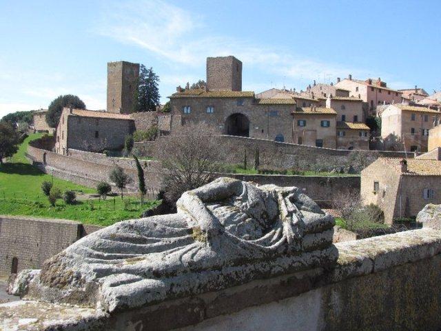 Uno scorcio di Tuscania, borgo della Tuscia viterbese il cui splendido paesaggio assieme a quello di Orvieto, in Umbria, è minacciato da progetti legati al posizionamento di pale eoiliche