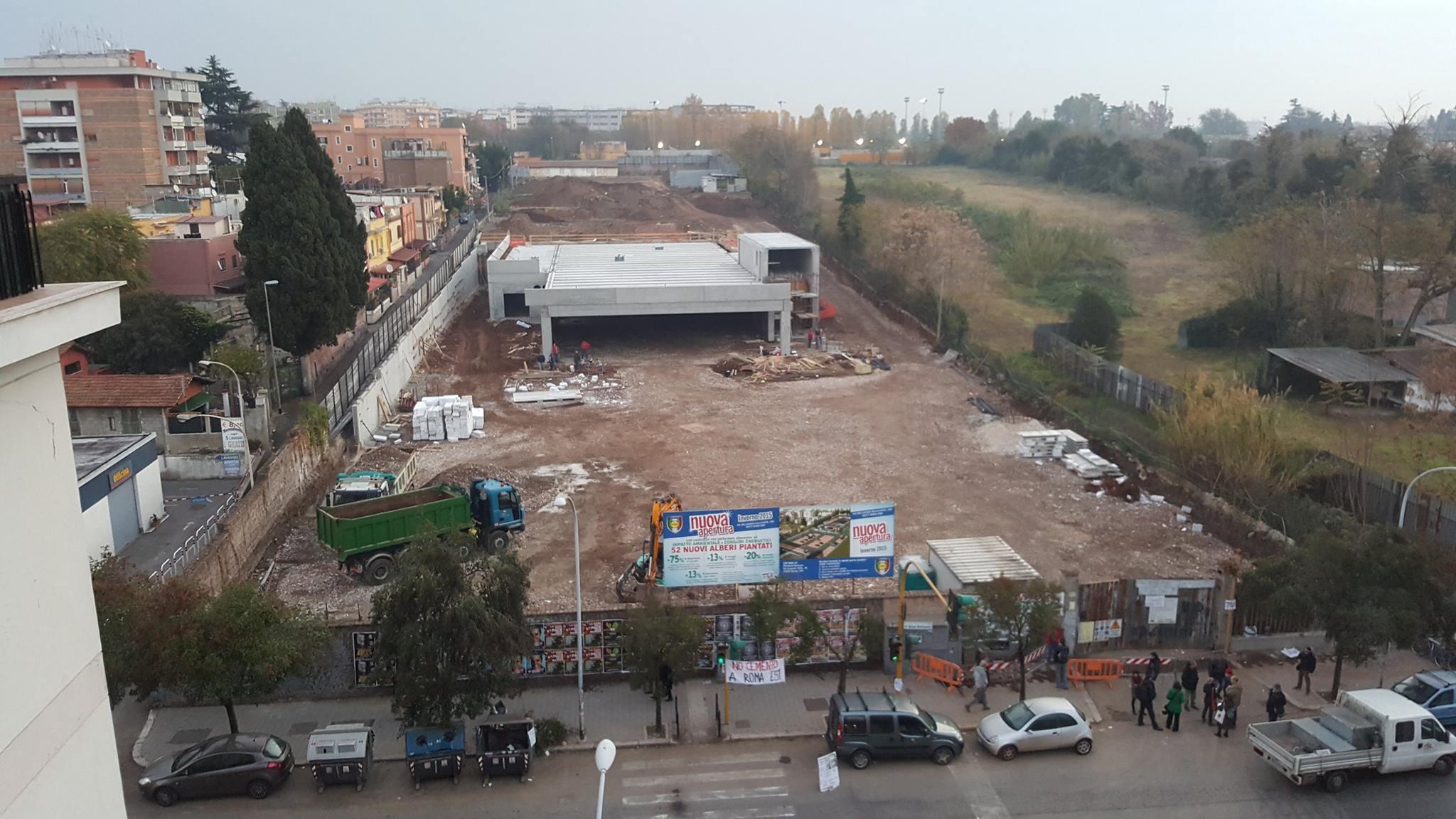 Uno scatto dall'alto del cantiere Lidl in Via Acqua Bullicante. I cittadini in presidio davanti ai cancelli
