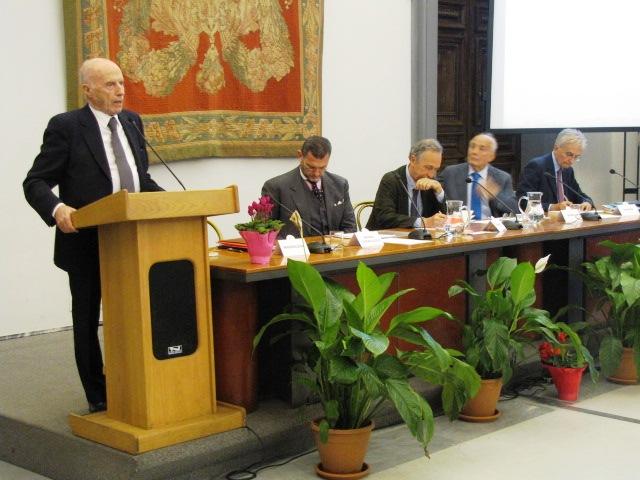 """Un momento della presentazione de """"Gli inganni della finanza"""", l'ultimo libro di Paolo Maddalena"""